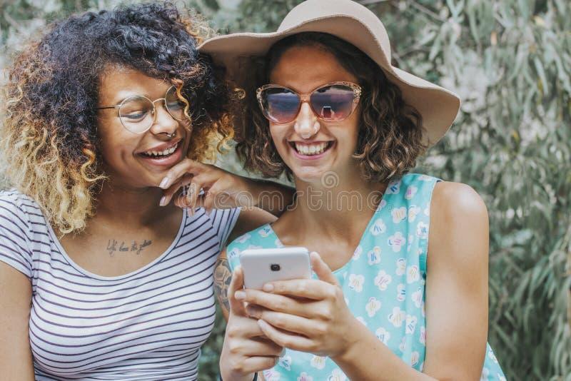 Девушки с чернью внешней стоковые изображения