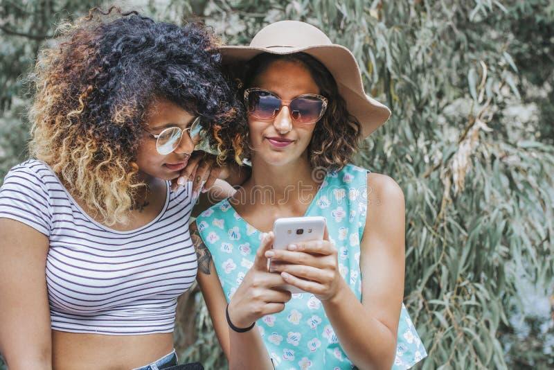 Девушки с чернью стоковое фото rf