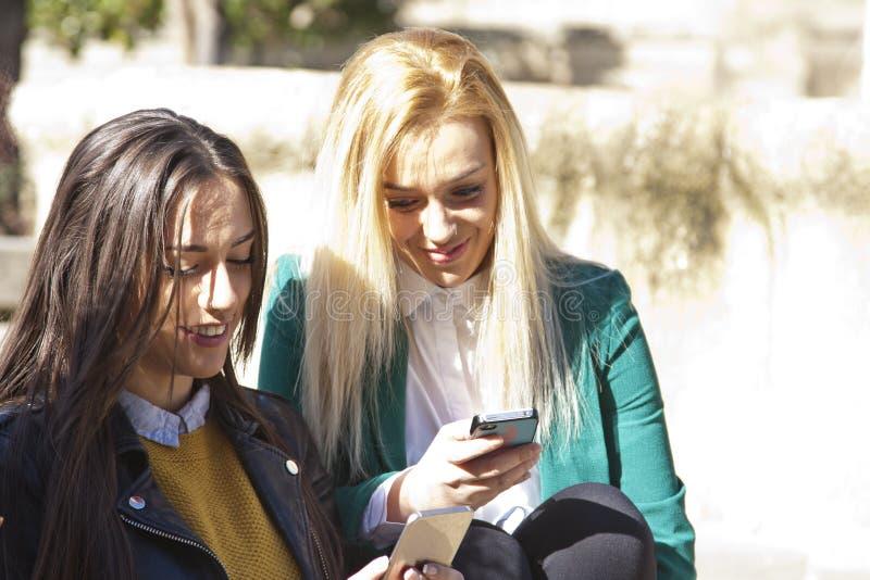 Девушки с чернью стоковые фото