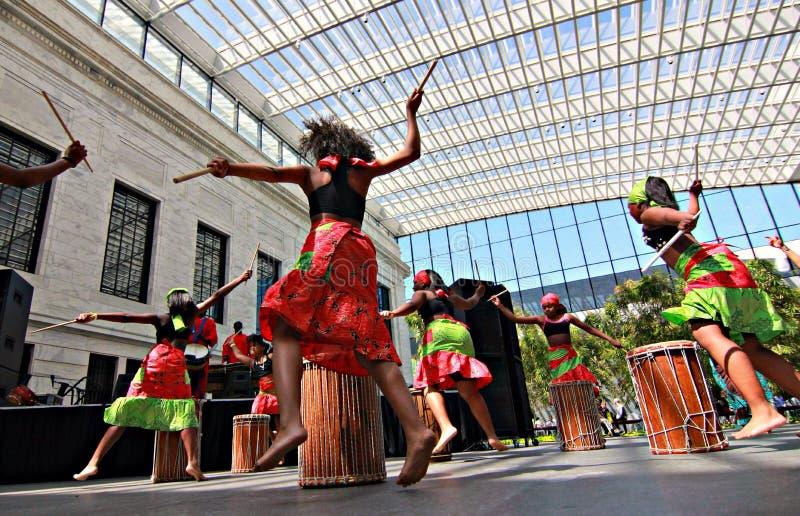 Девушки танцуя в музее изобразительных искусств Кливленда стоковые изображения