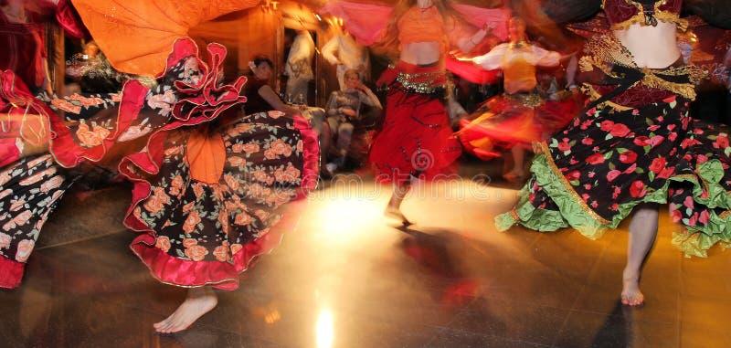 девушки танцы молодые стоковое фото rf