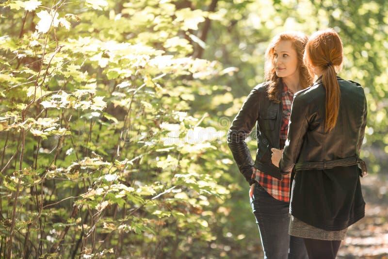 Девушки тратя время совместно стоковая фотография