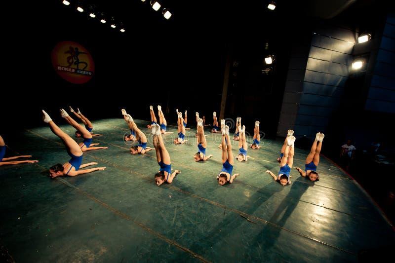 Девушки тренировки танцы стоковое изображение
