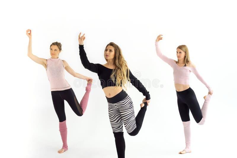 Девушки тренируют pilates йоги стоковые фотографии rf