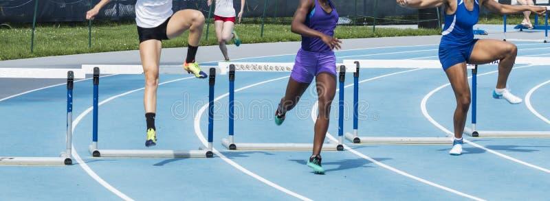 3 девушки участвуя в гонке барьеры в 400 метров стоковая фотография rf