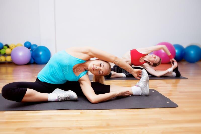 девушки 2 fitnes клуба стоковое фото
