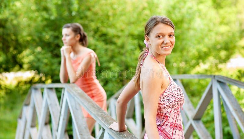 девушки banisters красивейшие 2 детеныша стоковое изображение