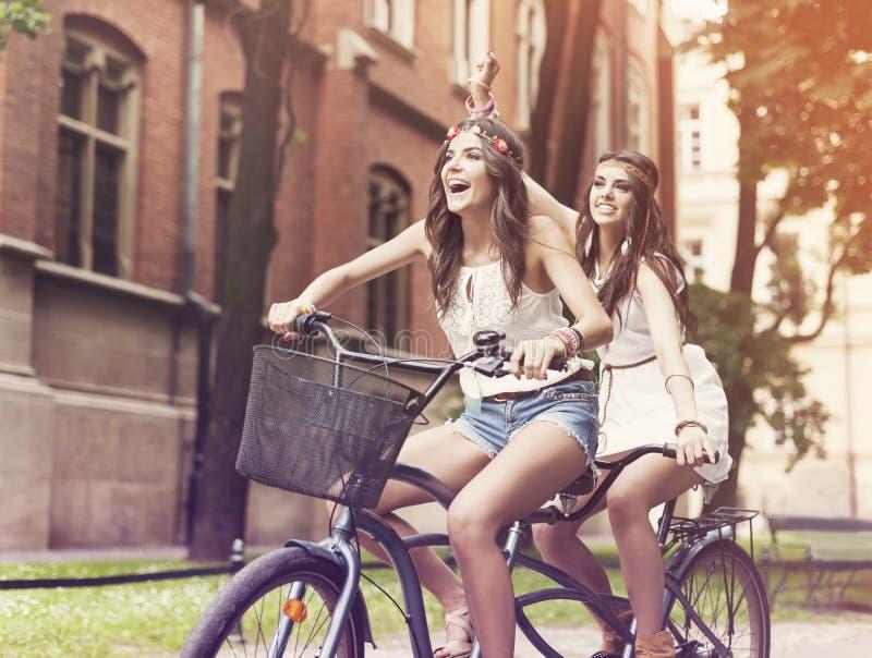Девушки Boho ехать на велосипеде стоковая фотография rf