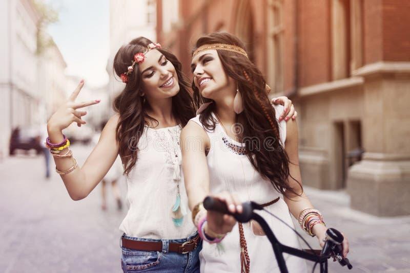 Девушки Boho с велосипедом стоковые фотографии rf