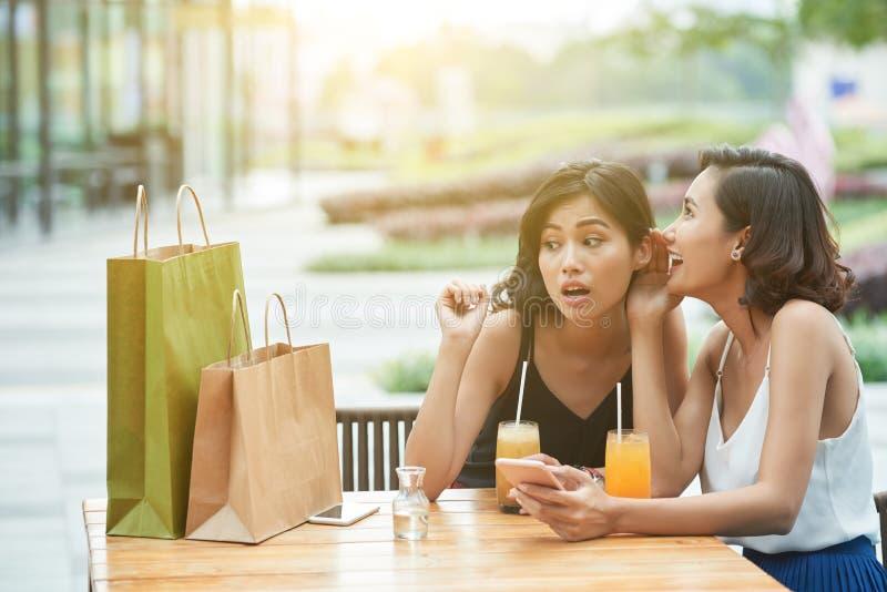 Девушки gossiping стоковые фотографии rf