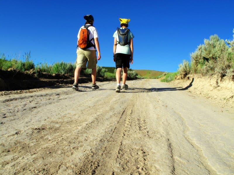 девушки hiking 2 стоковые фото