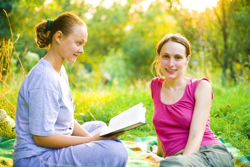 девушки outdoors стоковая фотография rf