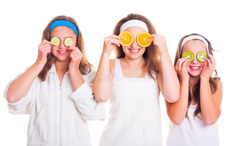 Девушки Primping имея потеху с кусками плодоовощ стоковая фотография