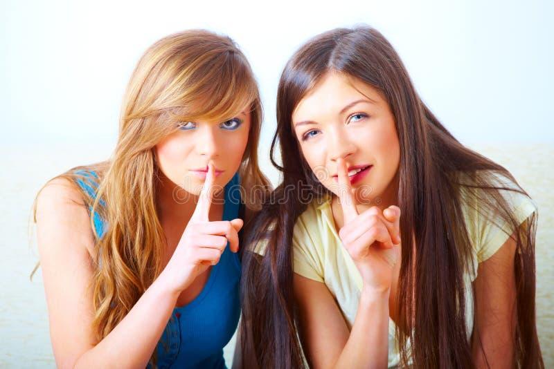 девушки shushing 2 стоковая фотография rf