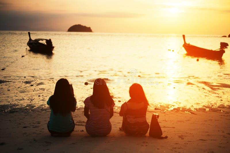 Девушки watcjing восход солнца совместно стоковое изображение rf