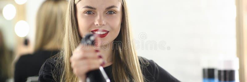 Девчонка-парикмахер, держащая водяной сосуд стоковая фотография