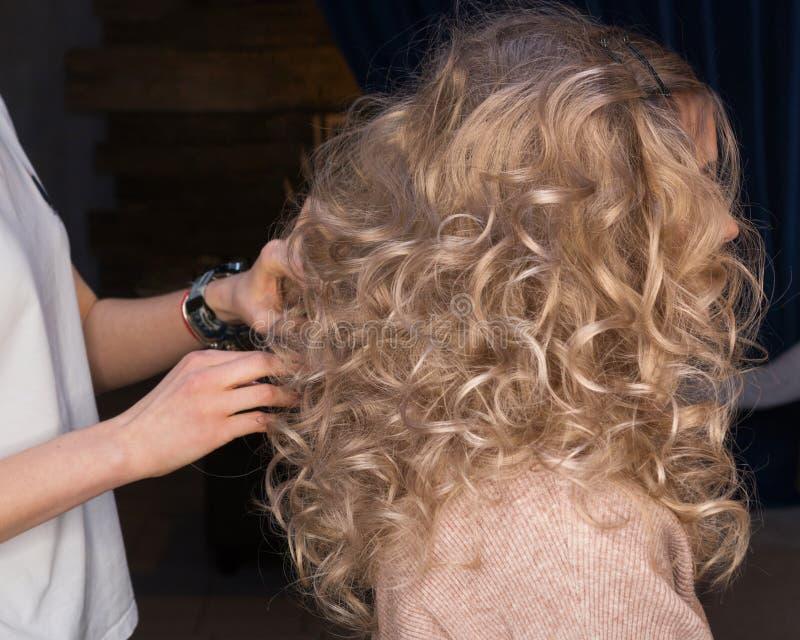 Девчонки-кудрявые волосы Салон красоты изображения стоковое фото rf