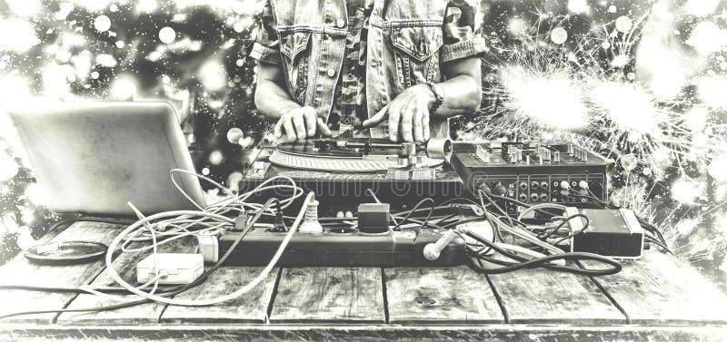 девятое -го март День DJ мира DJ играя музыку на крупном плане смесителя DJ на remote в ночном клубе, на частной вечеринке или на стоковые изображения