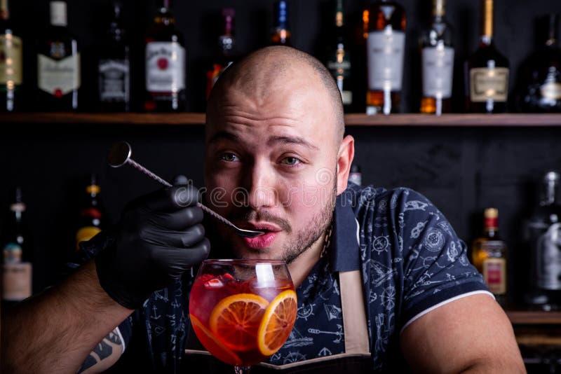 Дегустация бармена свежего и вкусного коктейля шприца Aperol стоковое изображение
