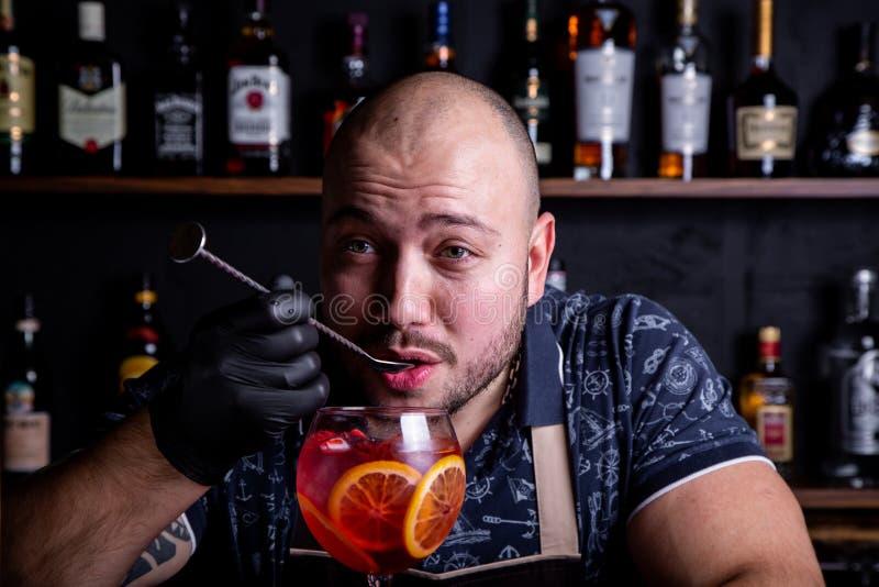 Дегустация бармена свежего и вкусного коктейля шприца Aperol стоковое фото