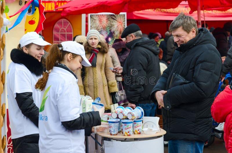 Дегустация молочных продучтов на ярмарке во время праздненств Shrovetide стоковое изображение