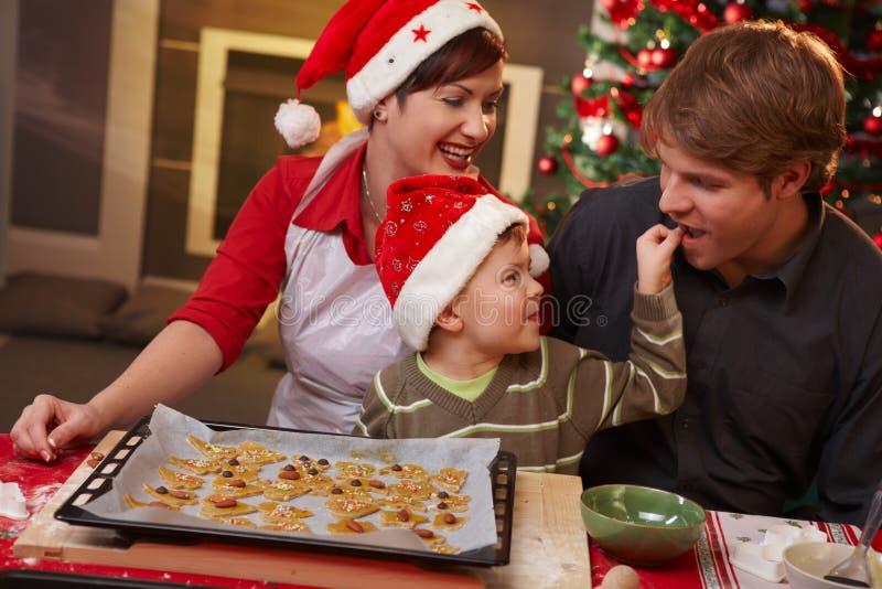 дегустация семьи папаа рождества торта стоковые изображения