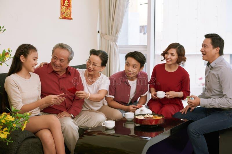 Деды давая настоящий момент стоковая фотография rf