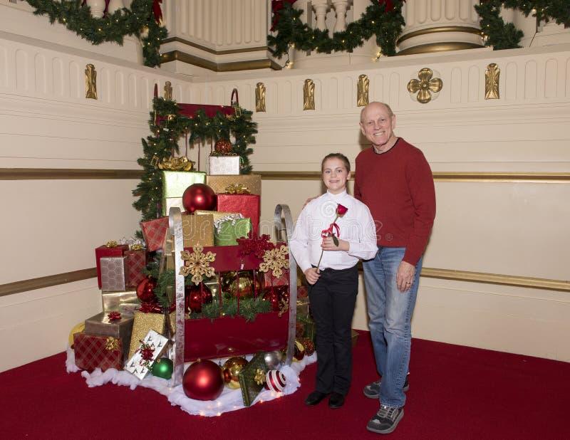 Дед и внучка празднуя выдающее представление клироса стоковая фотография