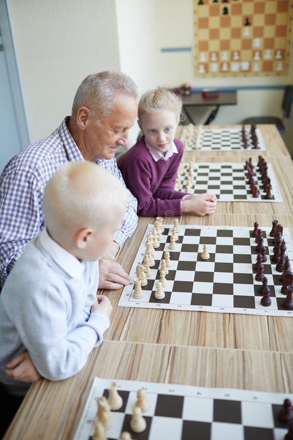 Дед показывая комбинацию шахмат стоковые изображения rf
