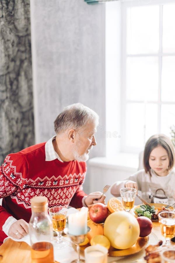 Дед разговаривает с его прелестной внучкой стоковая фотография rf