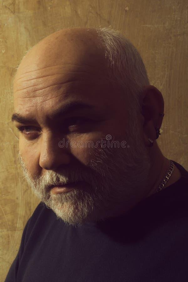 Дед с серой бородой и усик на старой стороне стоковые изображения