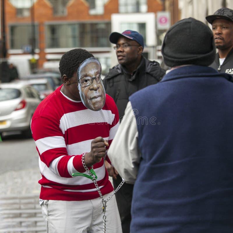 Дежурство, внешнее посольство Зимбабве, Лондон, случится каждая суббота, который нужно опротестовать против больших нарушений пра стоковая фотография
