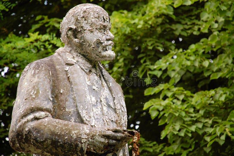 дезертированная flaky статуя lenin s затрапезная стоковые изображения rf