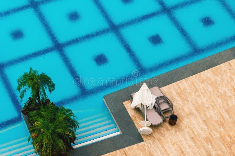 Дезертированный бассейн в дожде на летний день, взгляд сверху гостиницы, предпосылка стоковые фото