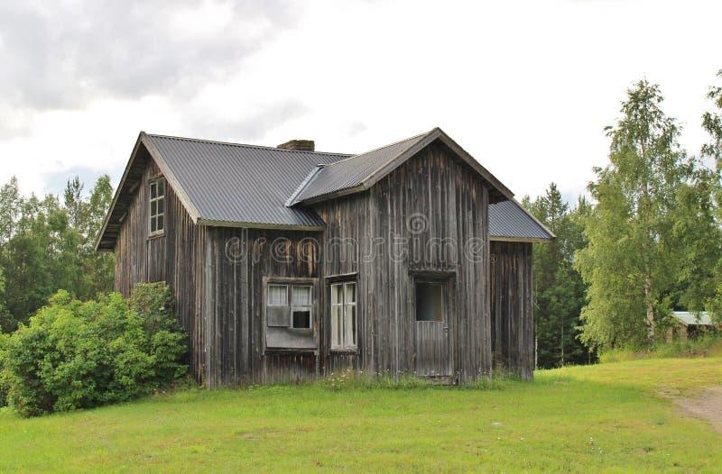 Дезертированный дом дорогой гравия стоковое изображение rf