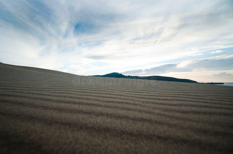 Дезертированный песчаный пляж с чистым точным песком на восходе солнца стоковое фото
