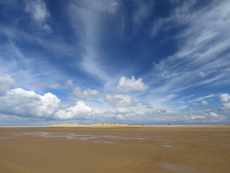 Дезертированный пляж с драматическим небом стоковые фото