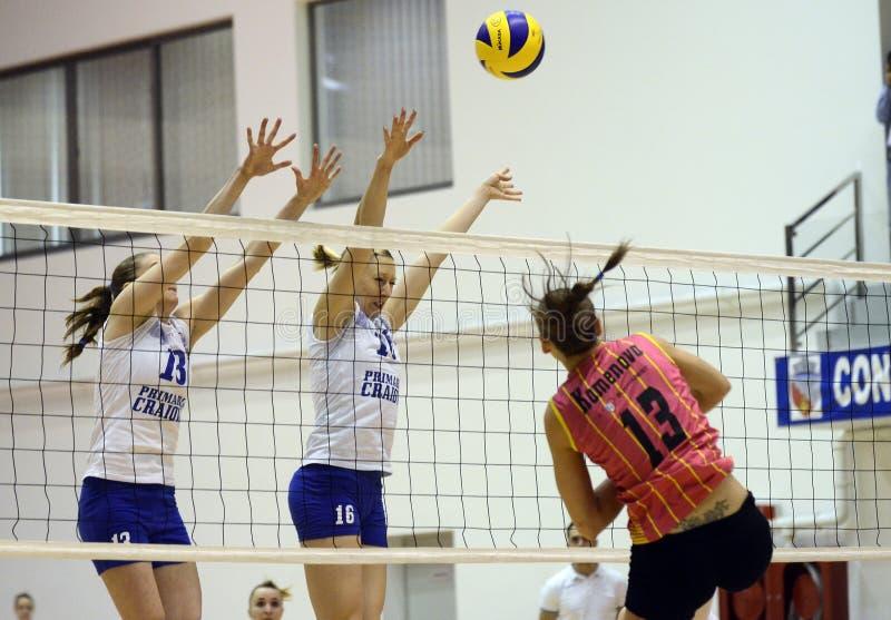 Действие волейбола женщин стоковое изображение