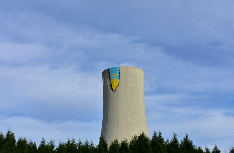 Действие Гринпис на электростанции Meirama, Испании ОТСУТСТВИЕ УГЛЯ! кампания Граффити на камине с чертежом солнца стоковая фотография rf