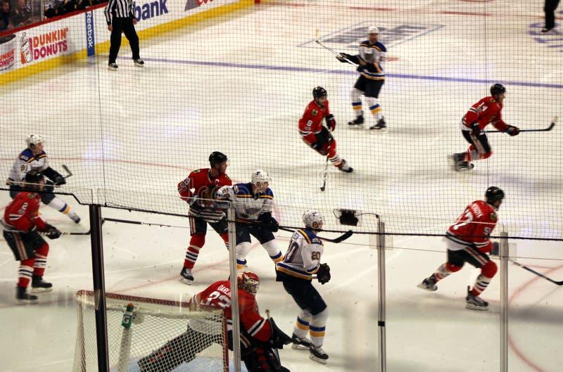 Действие игрока на хоккее Чикаго Blackhawks стоковые фото