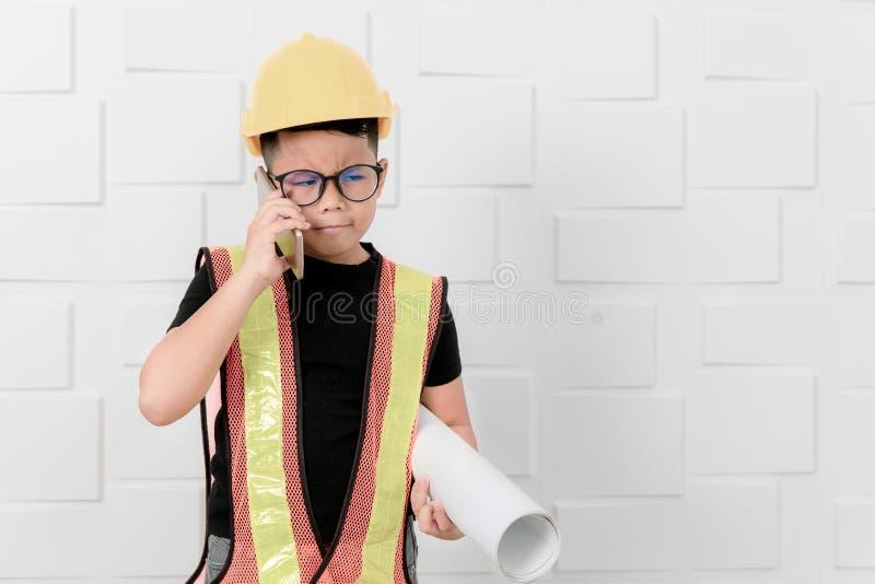 Действие инженера ребенк было сотрясено для того чтобы увидеть что-то перед стоковые фото