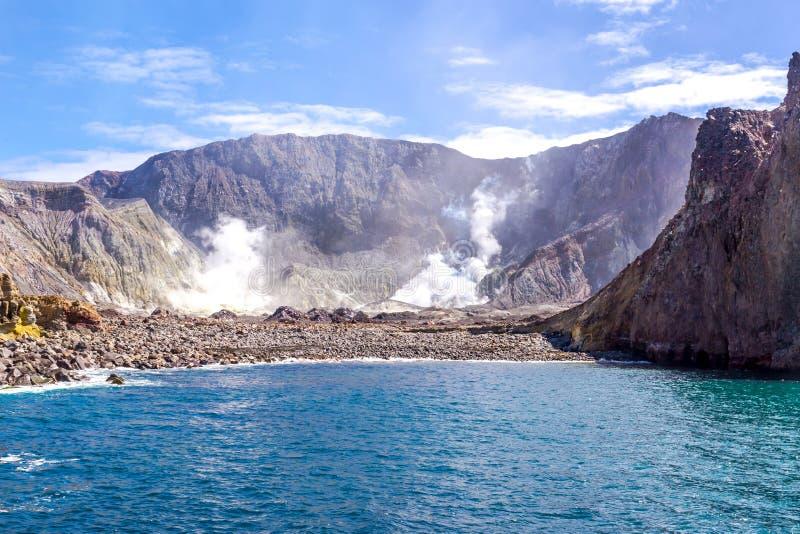 Действующий вулкан на белом острове Новой Зеландии Вулканическое озеро кратер серы стоковое изображение rf
