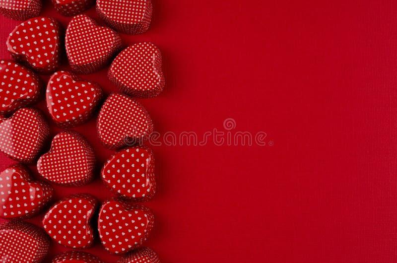 Декоративная граница красных сердец на предпосылке страсти красной бумажной Фон дня валентинки стоковое изображение rf