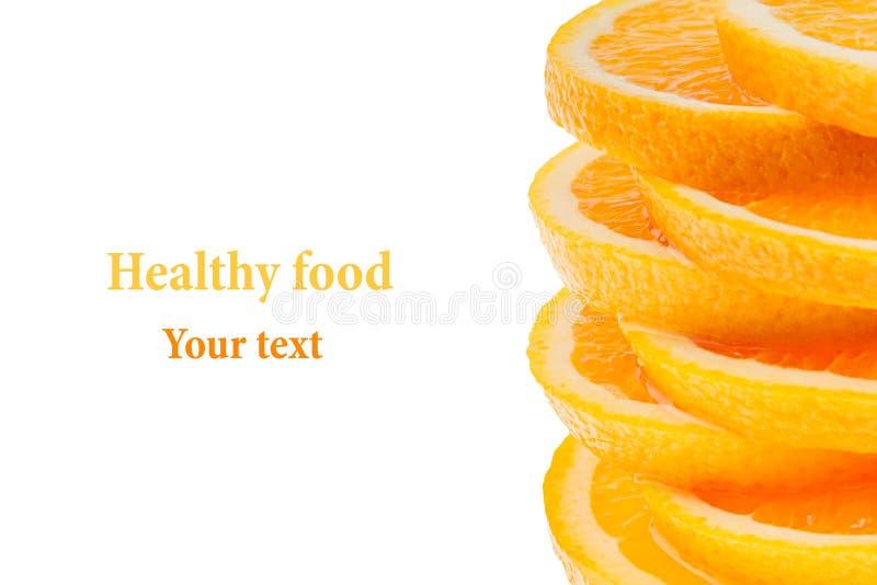 Декоративная законцовка от кучи кусков сочного апельсина на белой предпосылке Граница плодоовощ, рамка изолировано еда вареников  стоковые фотографии rf