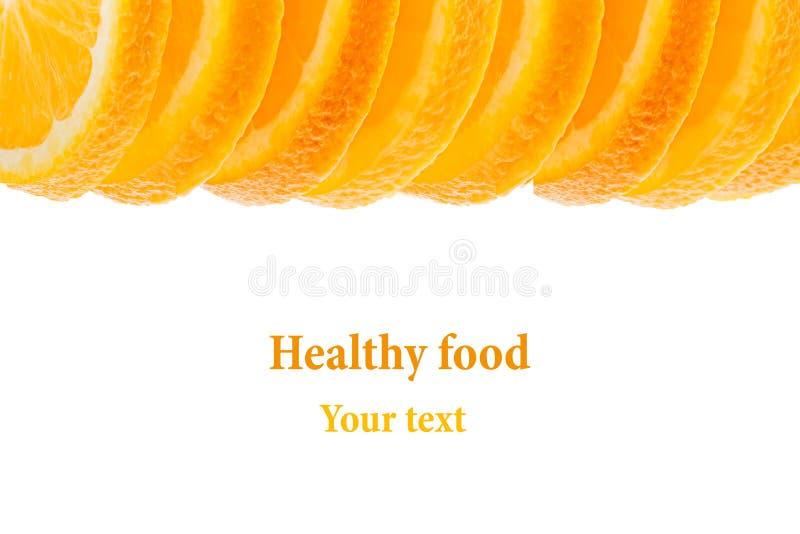 Декоративная законцовка от кучи кусков сочного апельсина на белой предпосылке Граница плодоовощ, рамка изолировано еда вареников  стоковая фотография rf