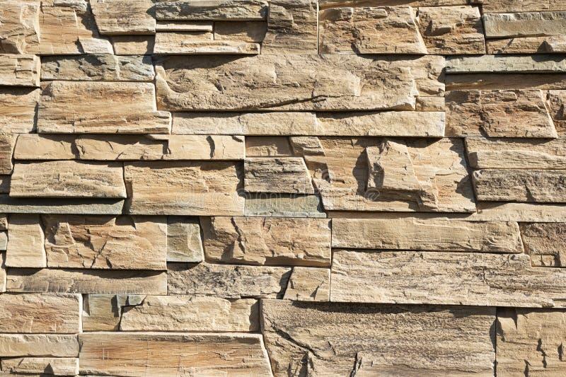 Декоративная коричневая бежевая каменная стена стоковые изображения
