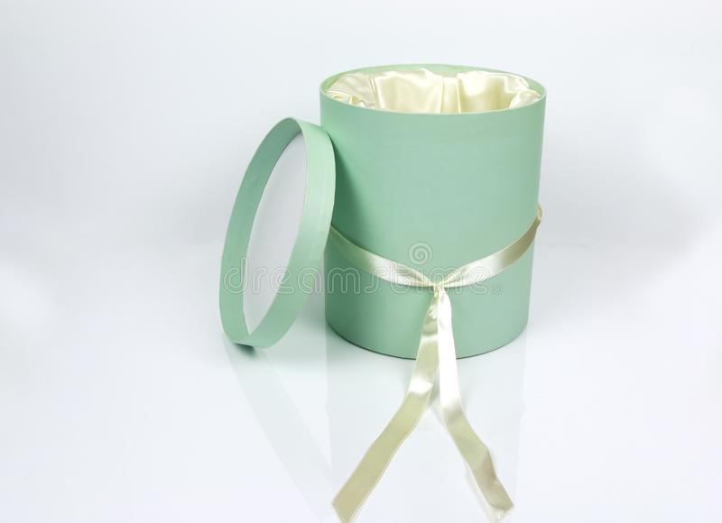 Декоративная круглая коробка шляпы Teal при изолированная лента покрашенная сливк стоковая фотография rf