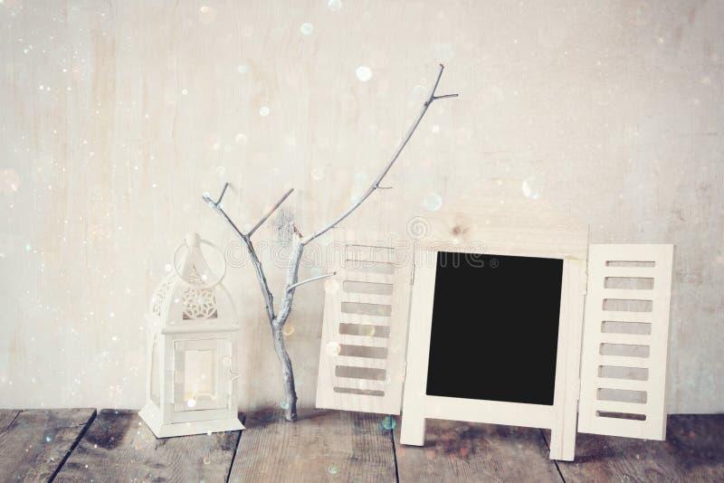 Декоративная рамка доски и меньшие ветви дерева над деревянным столом подготавливайте для текста или модель-макета ретро фильтров стоковое фото rf