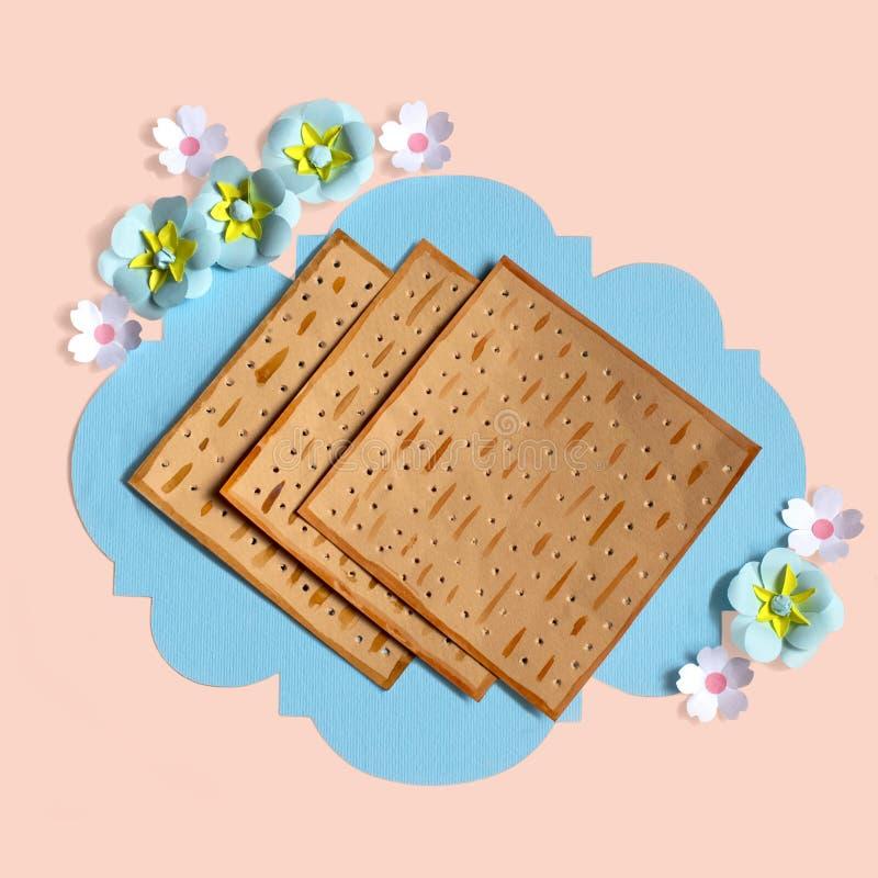 Декоративная рамка с хлебом и цветками мацы для еврейской пасхи стоковое фото