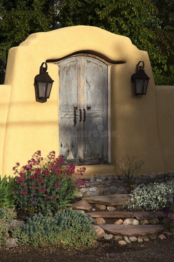 Декоративное ворот около Canyon Road, Санта-Фе, Неш-Мексико стоковая фотография